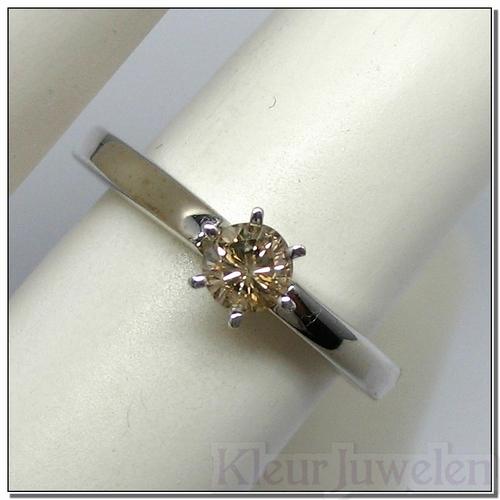 Witgouden ring met diamant 0,3 karaat