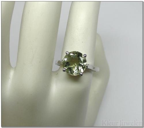 Ring met ronde groene amethist