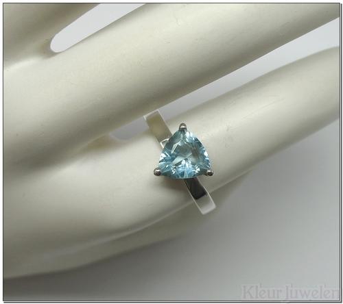 Ring met driehoekige blauwe topaas