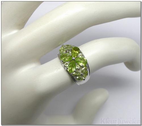 Ring met verschillende peridoot edelstenen