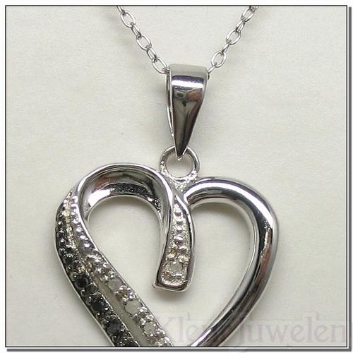 Hartvormige hanger met witte en zwarte diamanten