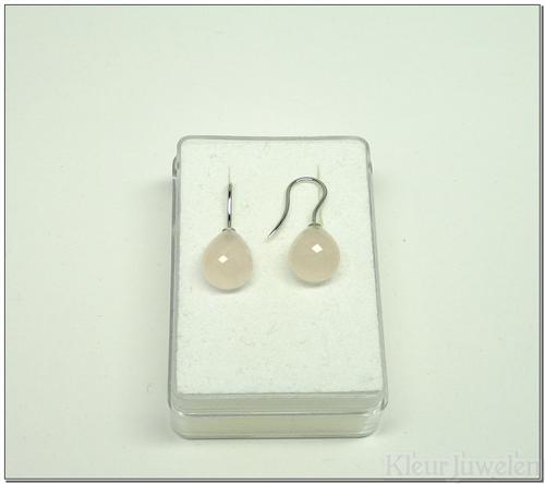 Witgouden oorbellen met briolet geslepen rozenkwarts (18k)