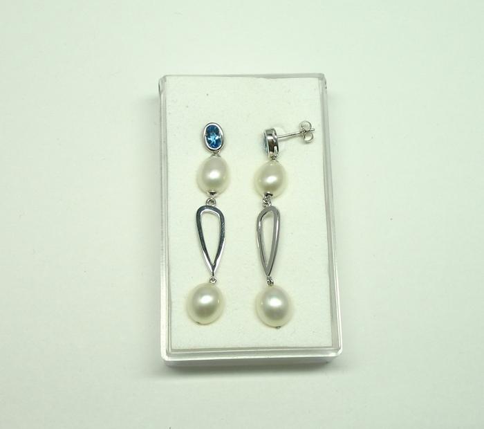 Zilveren oorbellen met witte parels en blauwe topaas