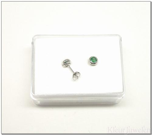 Zilveren oorstekers met ronde smaragd