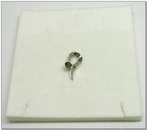 Kleine zilveren hanger met ronde rookkwarts (4mm)