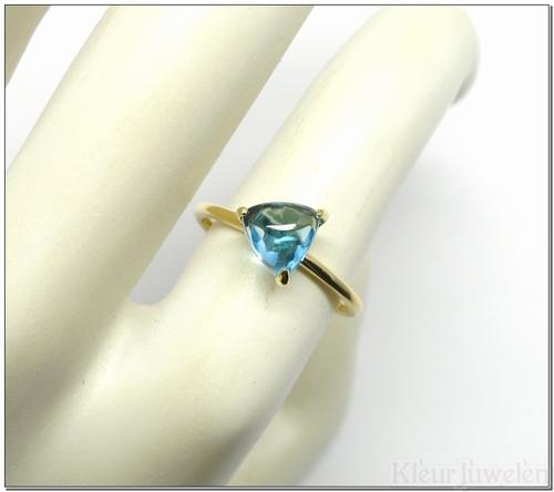 Geelgouden ring met driehoek cabochon blauwe topaas (14k)
