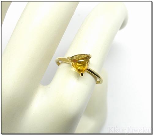 Geelgouden ring met driehoek cabochon citrien (14k)
