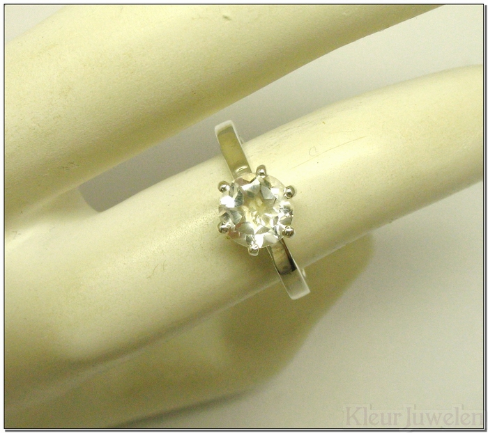 Ring met ronde facet geslepen bergkristal open zetting