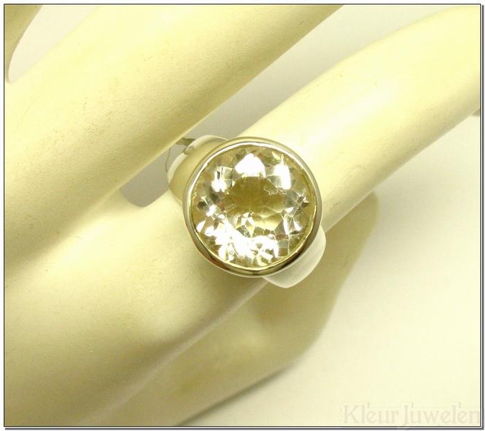Ring met grote facet geslepen bergkristal dichte zetting