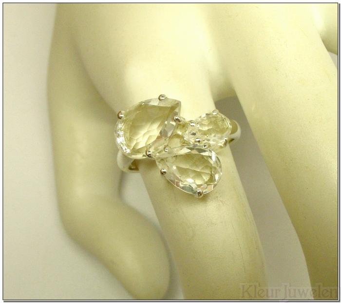 Ring met 3 peervormige bergkristallen