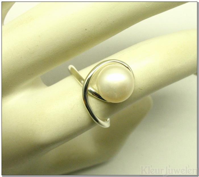 Sierlijke zilveren ring met witte parel