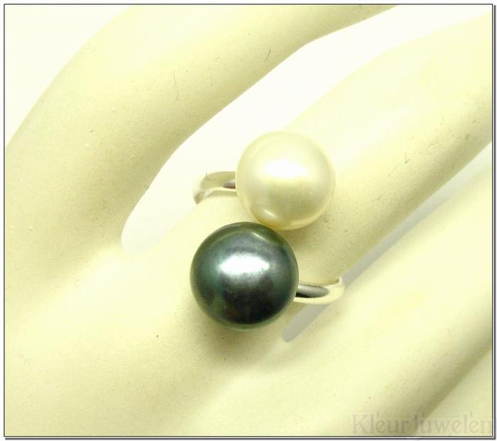 Zilveren ring met witte en grijze parel