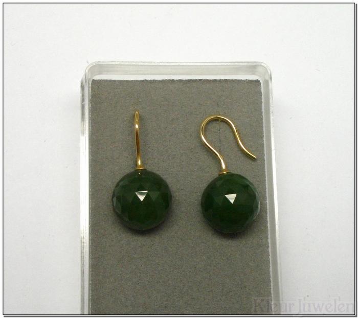 Geelgouden oorhaken met facet geslepen bol jade (18k)