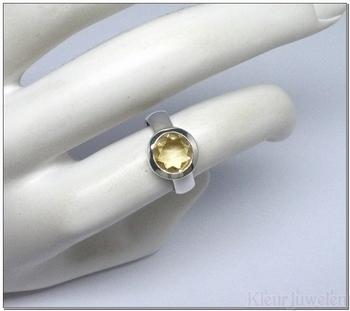 Zilveren ring met ronde citrien in brede dichte zetting