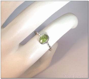 Zilveren ring met ovale peridoot in dichte zetting