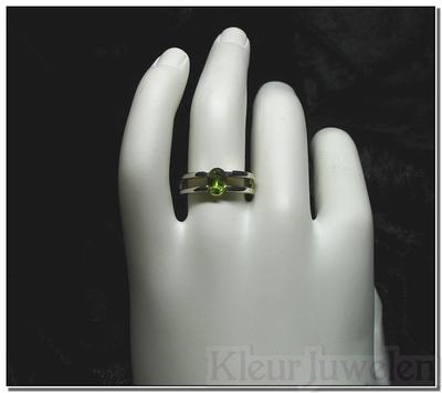 Ring met ovale peridoot