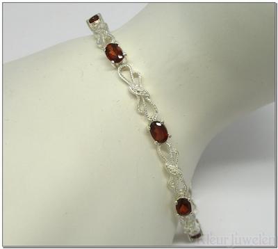 Strikjes armband met ovale granaat edelstenen