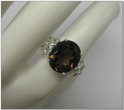 Ring met ovale rookkwarts