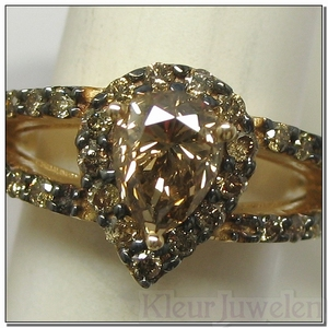 Geelgouden ring met grote peervormige, champagne diamant