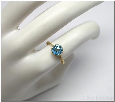 Geelgouden ring met ronde blauwe topaas (18k)