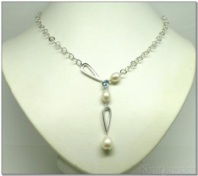 Zilveren ketting met blauwe topaas en witte parels