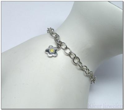 Zilveren armband met bloembedel en diamant
