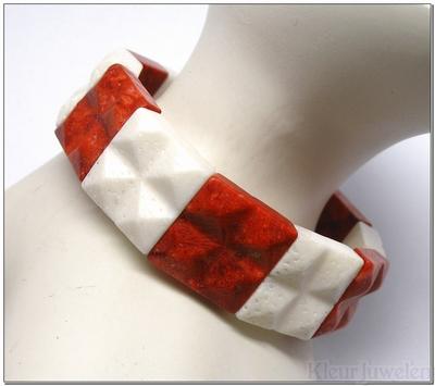 Rode en witte sponskoraal armband (groot)