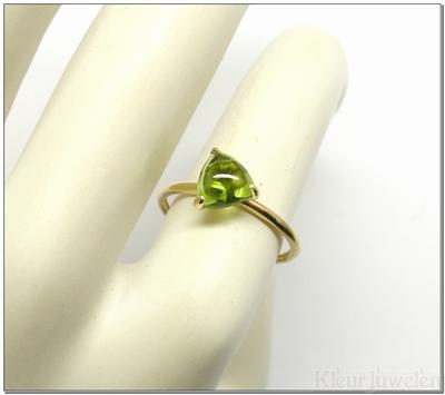 Geelgouden ring met driehoek cabochon peridoot (14k)