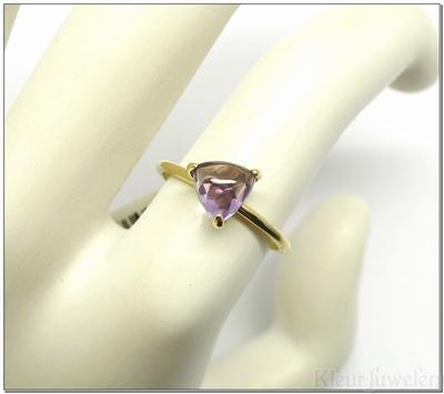 Geelgouden ring met driehoek cabochon amethist (14k)