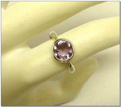 Ring met ronde facet geslepen amethist dichte zetting
