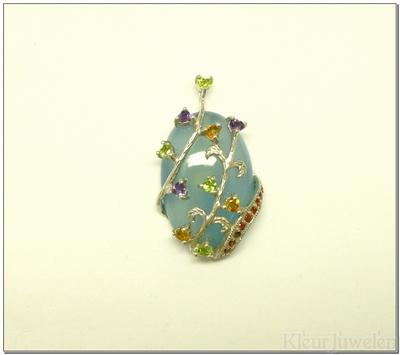 Blauwe chalcedoon versierd met verschillende edelstenen