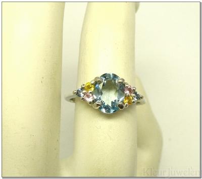 Zilveren ring met ovale topaas en ronde edelstenen