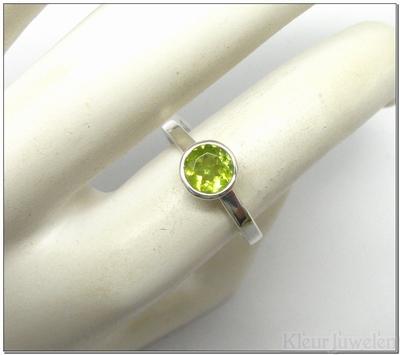 Zilveren ring met ronde peridoot in dichte zetting