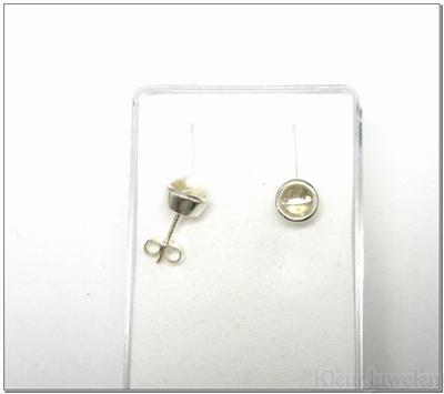 Zilveren oorstekers met cabochon bergkristal
