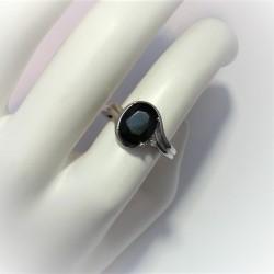 Ring met donker blauwe saffier